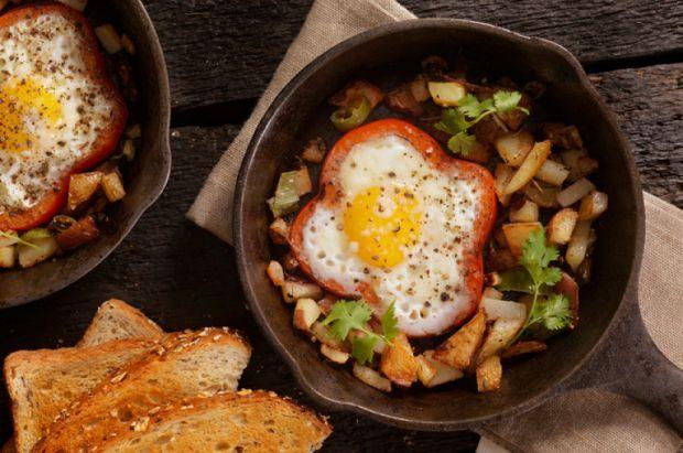Яєчня в кільцях болгарського перцю - смачно, ситно і жодної зайвої калорії. Повідомляє сайт Наша мама.