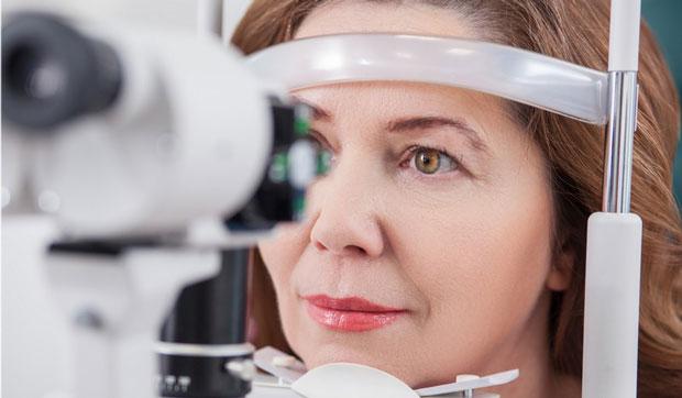 Распространенная патология глаз, связанная с денатурацией белка и вызывающая помутнение хрусталика ― это катаракта. Одно из свойств недуга ̵