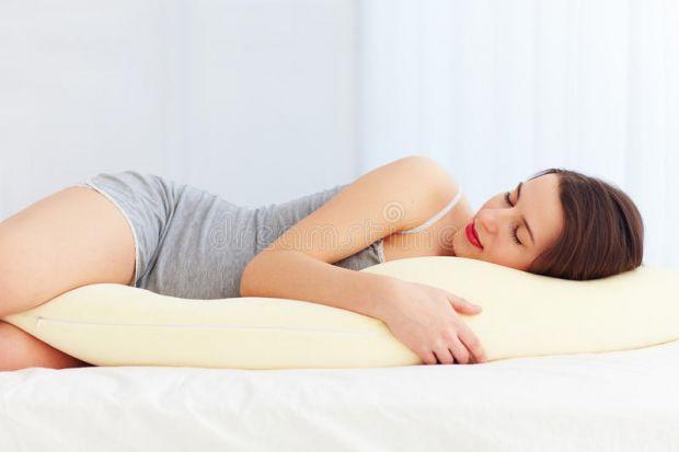 З давніх давен існує думка, що майбутній мамі не можна спати на животі, бо це загрожує малюкові. Чи так це насправді і що кажуть лікарі?