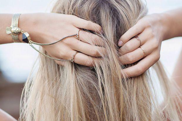 Жирне волосся непокоїть багатьох представниць прекрасної половини людства і як з цим боротися?