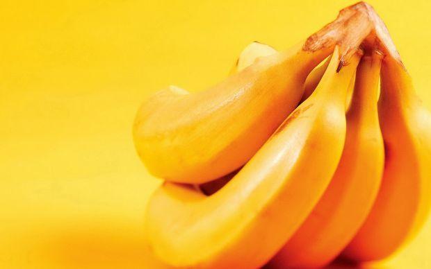 Банани для нас давно перестали бути екзотичними фруктами. Проте, багато жінок бояться вводити його в раціон дитини до року, мовляв, він негативно впли