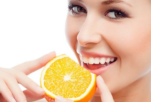 На думку стоматологів, шукати особливих продуктів не варто. Добитись білосніжного ефекті ви зможете вживаючи цитрусові фрукти і тверді овочі. Потрібно