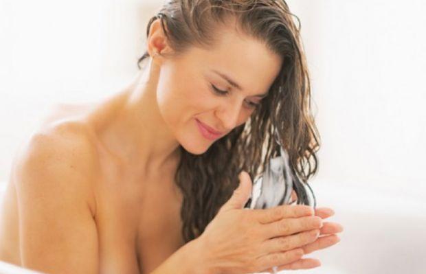 Бабусі та мами в один голос твердять, що голову потрібно мити раз-двічі на тиждень, щоб зберегти красу волосся. Однак кучері чомусь починають жирніти