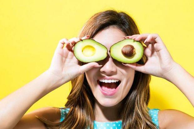 Багато представниць прекрасної статі сумніваються в корисних якостях авокадо, так як його плоди відрізняються високим вмістом жиру. Але жири, як відом