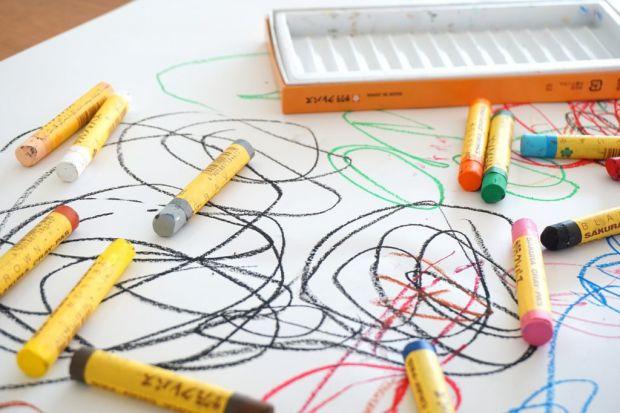 Деякі дошкільнята люблять малювати і це виходить у них чудово, а інші можуть довго просити мамусю чи бабусю, щоб вони самі намалювали (а малюк потім п