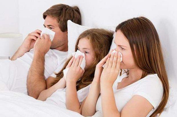 Який вигляд має алергія у дитини? При алергії у малюка нежить, ніс закладений, малюк чхає й тре оченята. При застуді у дитини нежить, сверблять, черво
