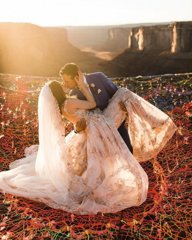 Якщо так подумати, то кохання ми не бачимо, воно як повітря. Воно щось, до чого не можна доторкнутися. Щоб зберегти атмосферу кохання, можна влаштуват