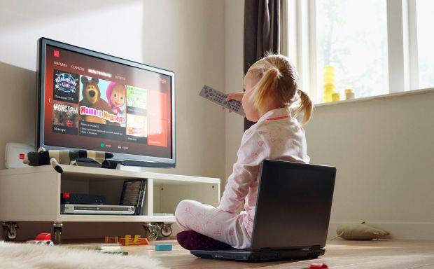 Батьки вмикають мультики, запевняючи себе, що вони розвивальні, або ж просто думають, що телебачення займе малюка і батьки матимуть час для відпочинку