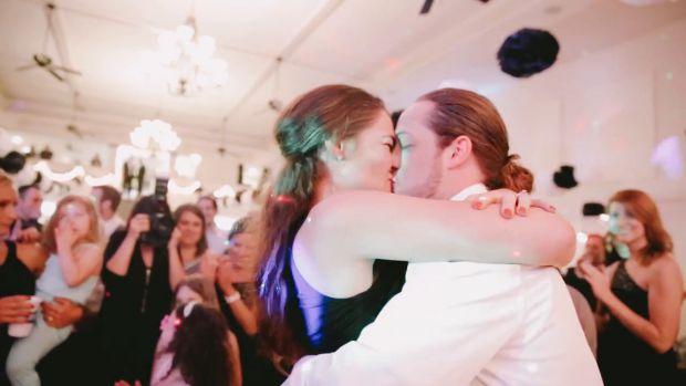 На своєму весіллі молодята Тайлер і Челсі захотіли примножити атмосферу любові і допомогли хлопцеві двоюрідної сестри нареченої зробити їй пропозицію.