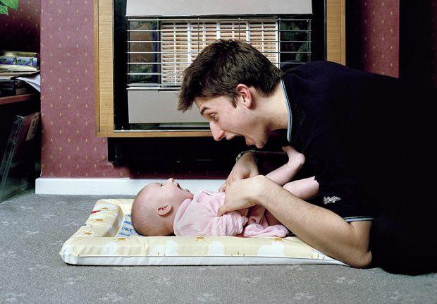 Едмунд Кларк, англійський фотограф, створив серію знімків юних татусів з їх маленькими дітьми і попросив поділитися своїм батьківським досвідом. Нещод