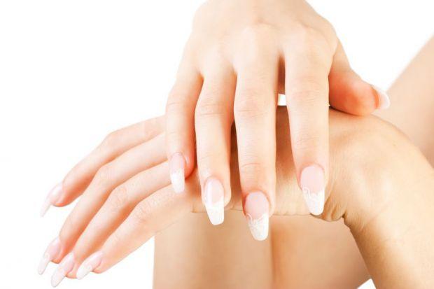 Взимку шкірі рук дістається куди як більше, ніж навіть шкірі обличчя. Якщо обличчя можна на цілий день захистити хорошим кремом і на тому заспокоїться