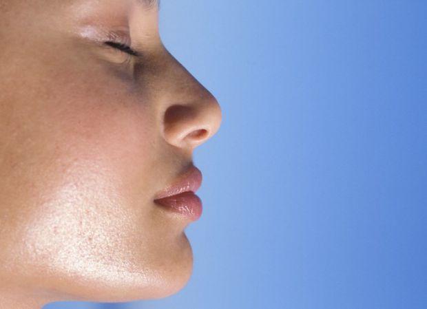Якщо у вас жирна шкіра, і ви комплексуєте із-за цього - то дотримуйтесь правил макіяжу, які приховають блиск шкіри обличчя.
