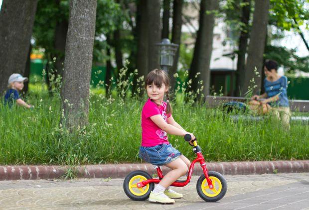 С момента, когда малыш уверенно стоит на своих ножках, родители начинают задумываться о первом велосипеде для своего чада. Однако, теперь все большей
