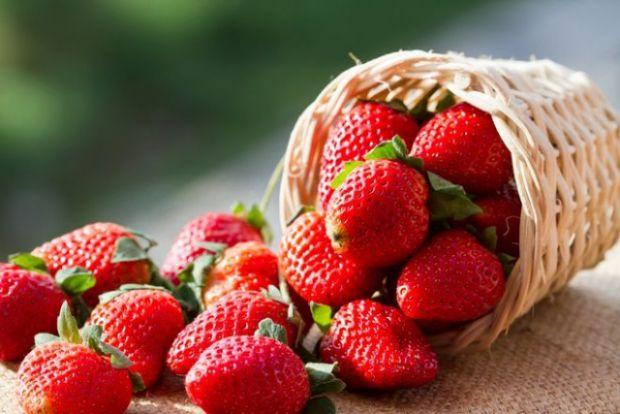 Вітамін С міститься в полуниці і захищає нас від вільних радикалів сонячного випромінювання, одночасно зміцнюючи рогівку і сітківку наших очей.