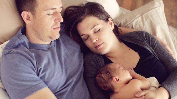 Раптова дитяча смерть часто наступає саме через те, що батьки сплять, тримаючи дитину на руках, кажуть експерти.Національний інститут охорони здоров'я