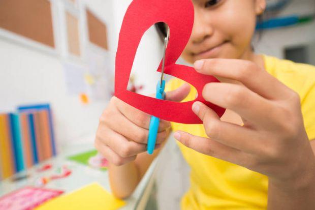 Якщо дитина не вміє користуватися ножицями, пропонуємо кілька ігор, її навчити цьому.