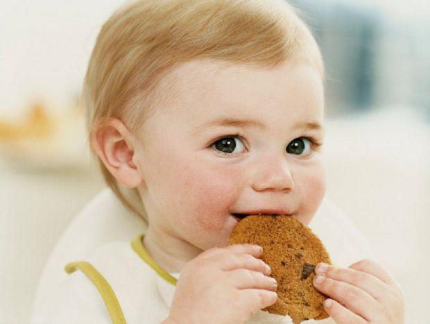 Більшість педіатрів вважають, що в дитячому печиві до року немає необхідності, і це примха батьків. Справа в тому, що в печиво для дітей часто додають