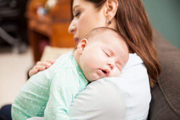 Маленькі діти хочуть постійно відчувати контакт з мамою чи татом, саме тому не рідко починають плакати, коли їх перекладають в ліжечко. Молоді батьки,