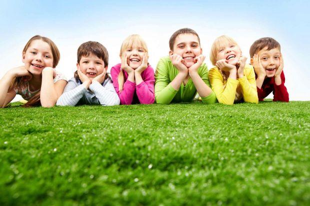 Часто батьки змушують дітей сидіти вдома і робити домашні завдання, і лише потім дозволяють йти до друзів. А дослідники довели, що потрібно робити з т