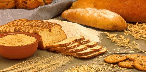 Багато хто з нас в магазині старанно вивчають етикетки, вибираючи серед всіх видів хліба та випічки саме ті, які приготовані на основі цільнозернового