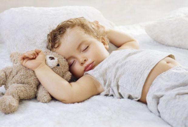 Як зрозуміти, що дитині час переселятися у власне ліжечко?