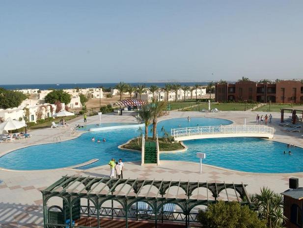 Хургада — один из нашумевших курортов Египта. Здесь пологие песчаные пляжи, расчищенные от кораллов, незабываемый дайвинг в глубинах Красного моря, са