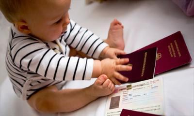 Допомога при народженні надається одному з батьків або опікуну, який постійно проживає разом з дитиною.