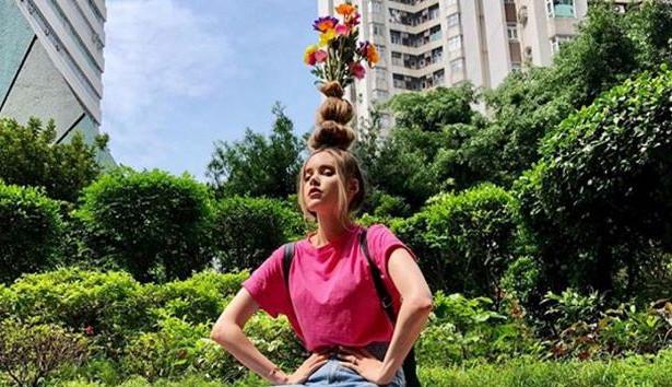 Новий флешмоб: модниці створюють зі свого волосся справжні вази, в які поміщають живі квіти.