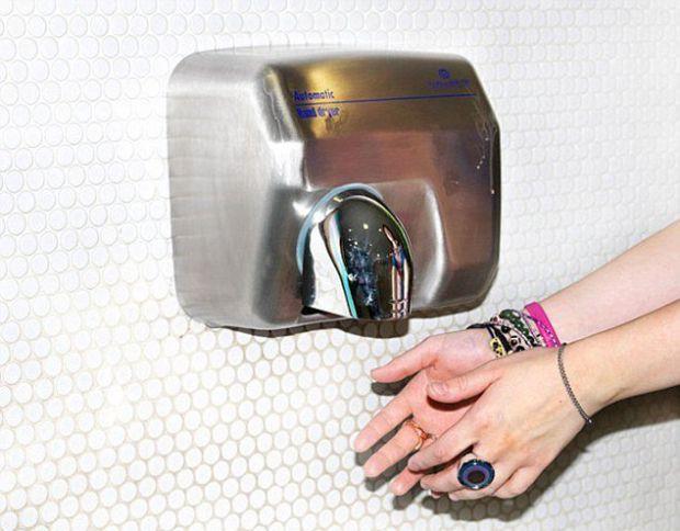 Міжнародна група дослідників прийшла до висновку, що сушарки для рук поширюють небезпечні для здоров'я бактерії, повідомляє портал