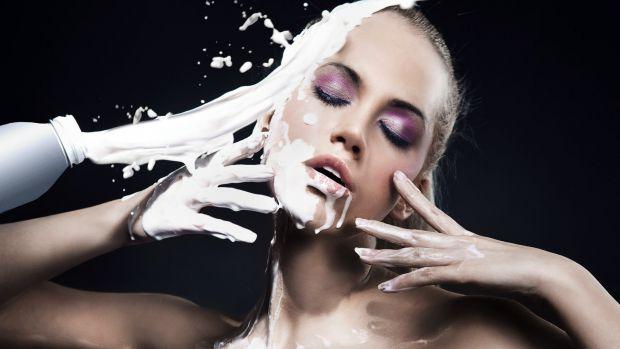 Як позбутися надокучливих чорних цяток на обличчі? Вчені з Нової Зеландії виділили з молока комплекс біологічно активних білків, які можуть бути викор
