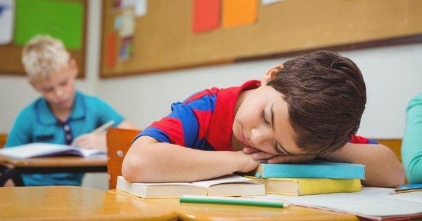 Через ранній початок навчання, втомлені діти, особливо школярі стикаються з джетлагом.