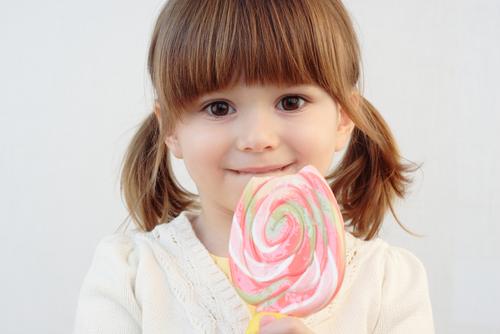 Батьки думають, що купуючи дітям солодощі, так вони проявляють свою любов до своїх чад. Чи так це? Скільки солодкого можна їсти дітям вдень? І як част