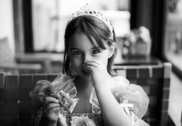 Чому дитина колупається в носі і їсть свої сопельки - читайте у матеріалі.