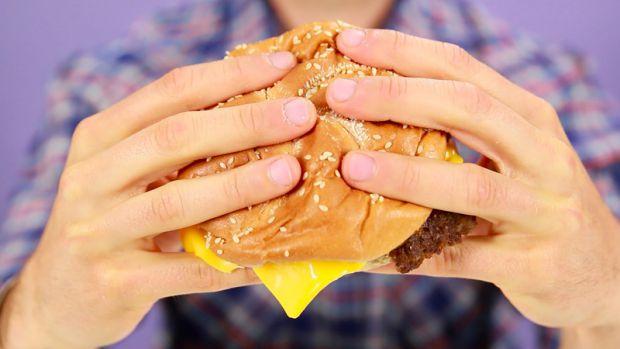 Нове дослідження китайських вчених показало, що вживання трьох або більше гамбургерів на тиждень може збільшити ризик розвитку важкої астми.