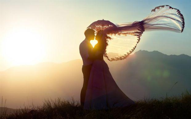 Академіки з Університетів Єни і Касселя розповіли, що романтичні відносини стабілізують нашу індивідуальність, а також знижують ризик різних невротичн