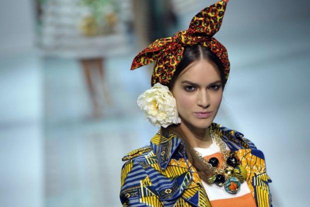 Яскрава і незвична колекція від молодого дизайнера Stella Jean.Чого хоче сучасна жінка? Свята. І багато яскравих емоцій. Саме такою вийшла нова колекц