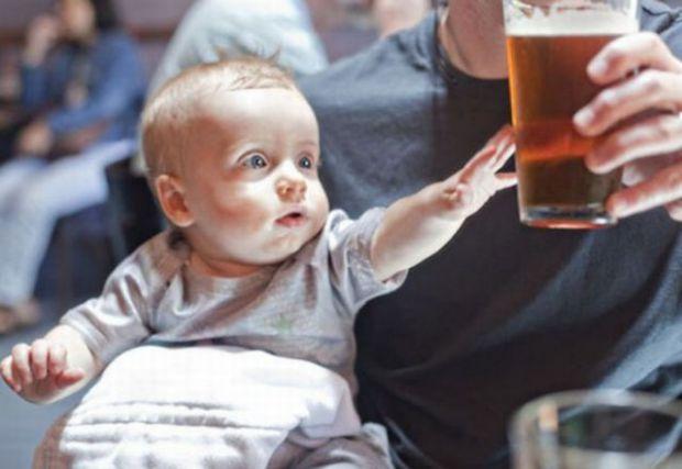 Дослідження показало, що кожен шостий батько дозволяє дитині спробувати алкоголь до 14 років. При цьому, ні мама, ні тато не думають про наслідки, які