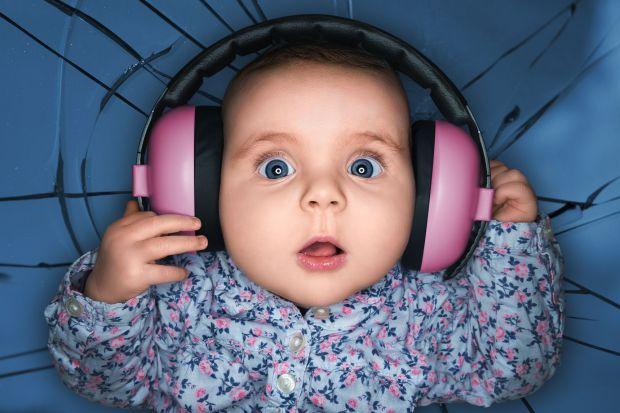 Вчені попереджають батьків про те, що маленьким дітям не варто давати навушники. Це пристрій з часом спотворює сприйняття високочастотних звуків.
