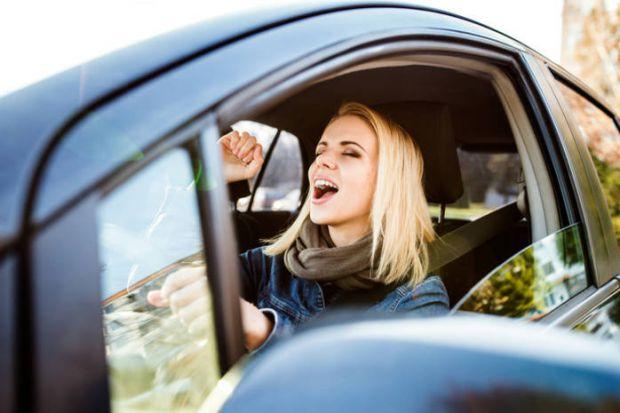 Для будь-якої жінки-водія, музика в автомобілі - це те, без чого будь-яка поїздка стає нудною. Вчені, в області нейробіології, вже давно проводять дос