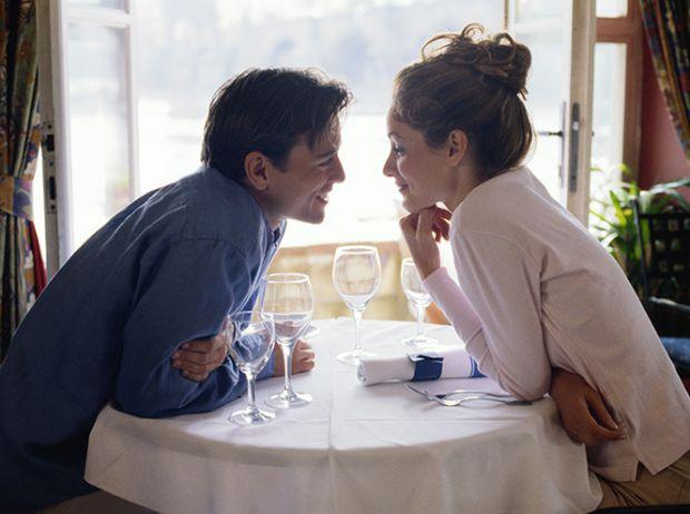 Американський психолог Ролло Мей, відомий своїми визначеннями і класифікаціями любові, висунув теорію «трьох побачень».