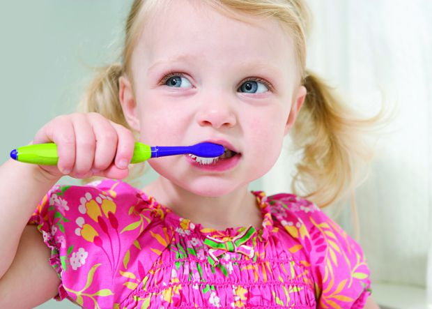 Американські академіки провели експеримент, в результаті якого дізналися, що надлишок зубної пасти під час чищення зубів дітьми сприяє розвитку карієс