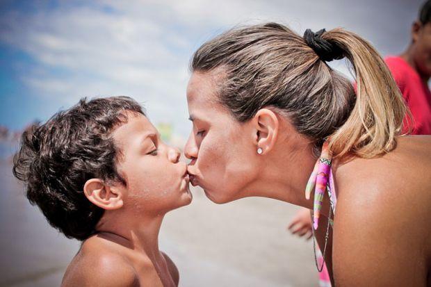 Турботлива мама або мама-насідка - один із найрозповсюдженіших типів виховання дитини, повідомляє сайт Наша мама.