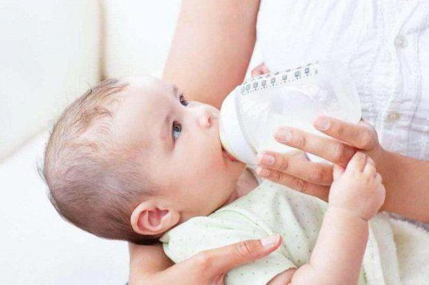Новоспеченим матерям, педіатри, імунологи та інфекціоністи рекомендують не припиняти годування груддю при застуді.