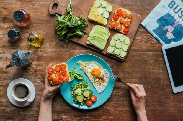 Чим, традиційно, ми снідаємо? Канапки, кава, вівсянка? Давайте дізнаємось перелік продуктів, якими протипоказано снідати.