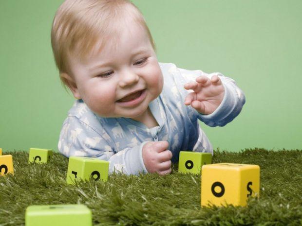 Піврічний малюк пізнає світ.