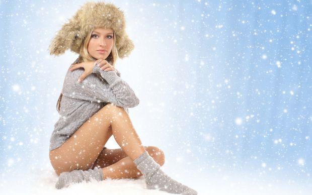 450992_devushka_blondinka_sneg_nojki_shapka_noski_sviter_1680x1050_www_gdefon_ru.jpg