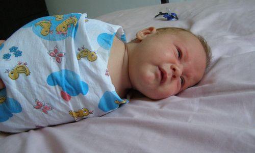 Досі прийнято вважати, що сповивання немовляти - неодмінний атрибут його перших тижнів життя.