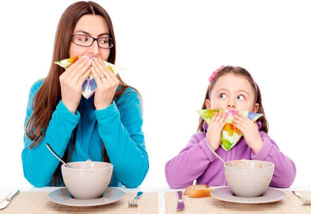 Етикету потрібно вчитися змалку. Тому поради для батьків, як має поводитись дитина за столом.