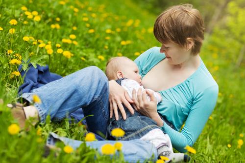 Щоб грудне вигодовування було комфортним для дитини та мами, читайте наші важливі поради.