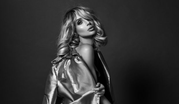 Співачка Світлана Лобода позувала з оголеним животом для нової фотосесії.